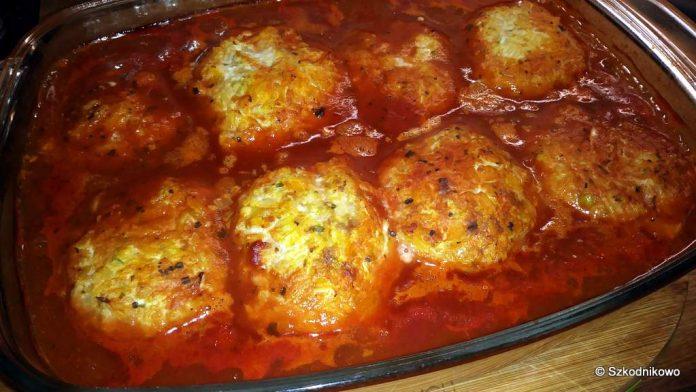 Gołąbki bez zawijania z młodej kapusty w sosie pomidorowym
